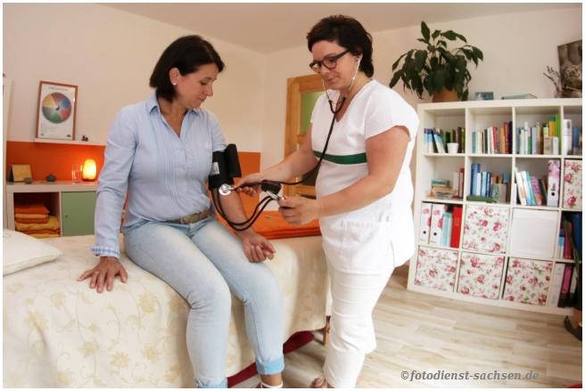 Frau Stopp beim Blutdruck messen